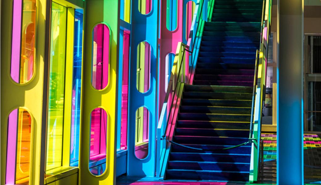 <p>Providna, blago tonirana samolepljiva folija u bojama, za izloge, prozore, kancelarijski enterijer, vitraže i slične aplikacije.</p>