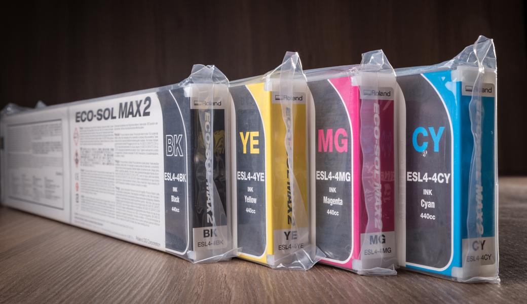 <p>Originalna Eco-Solvent boja za Roland štampače. Dostupna u varijanti kertridža 440 ml, sa čipom.</p>