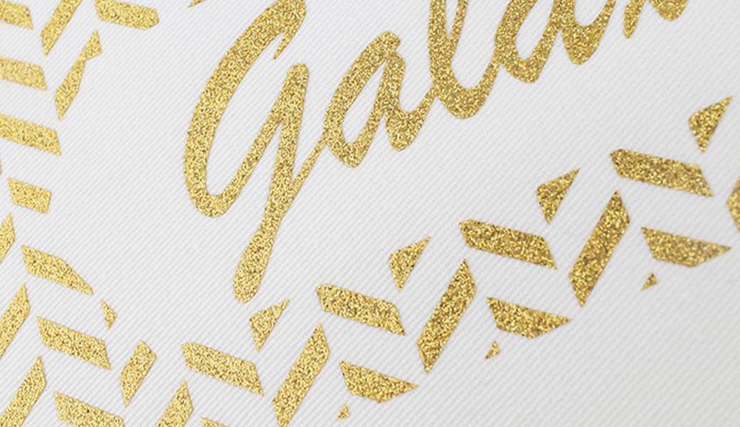 <p>Poliuretanski fleks materijal sa efektom šljokica za izradu termo transfera za tekstil isecanjem na kateru.</p>
