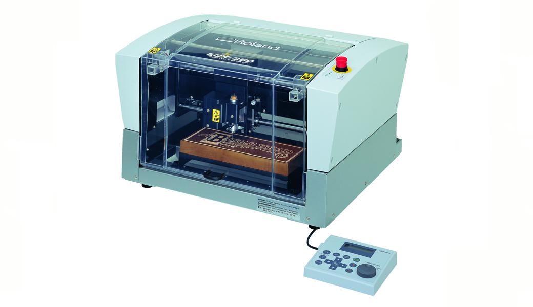 <p>Sa novim EGX-350 graverom možete lako proširiti vaš biznis dodavanjem personalizovanih predmeta vašem asortimanu proizvoda. EGX-350 brzo gravira raznovrsne materijale odmah u vašoj radnji, neverovatno je lak za upotrebu i posebno je dizajniran da proizvede oštru i preciznu grafiku. Kompletno kompaktno rešenje dolazi sa svime što vam je potrebno da započnete posao.</p>