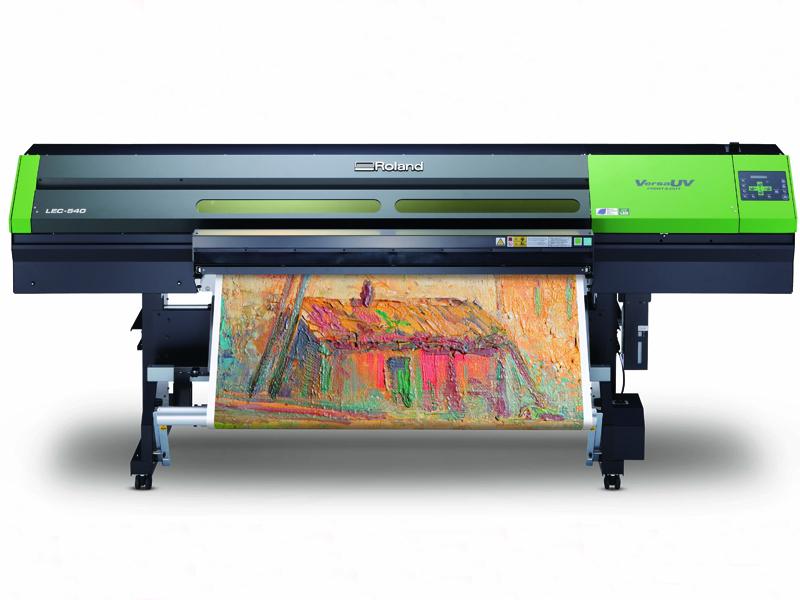 <p>LEC-540 prima materijale do 1372mm širine za veliku grafiku prilagođenu vašim potrebama. Kreirajte realistične prototipe pakovanja za vaše klijente, ili postere koji izgledaju poput ručno rađenih umetničkih dela.</p>