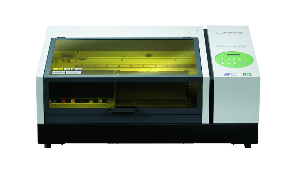 <p>VersaUV LEF-12i je pristupačno rešenje za ulazak u sve brže rastući posao izrade personalizovane štampe i jedinstvenih proizvoda. Dovoljno mali da stane u bilo koji studio, kancelariju, radionicu ili maloprodajni objekat, LEF-12i je kompaktan uređaj koji štampa direktno na vellikom broju predmeta i podloga.</p>