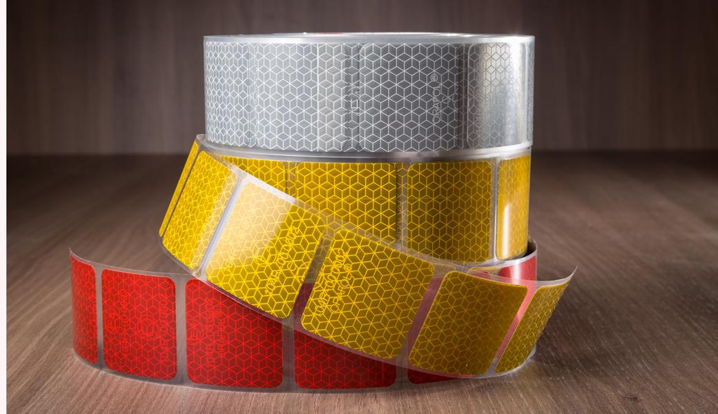 <p>VC 104+ Curtain Grade<br /> Trake za ceradu<br /> Sertifikat: ECE 104 Class C<br /> Dimenzije: 50m x 50mm<br /> Bela, žuta i crvena boja<br /> 3 godine garancije</p>