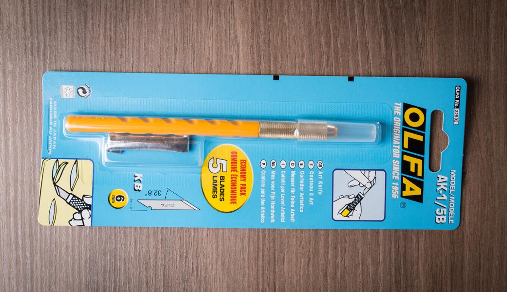 <p>Standardni umetnički skalpel sa drškom u obliku olovke sa mogućnošću brze promene nožića. Idealan za umetničku, grafičku, zanatsku i hobi primenu.</p>