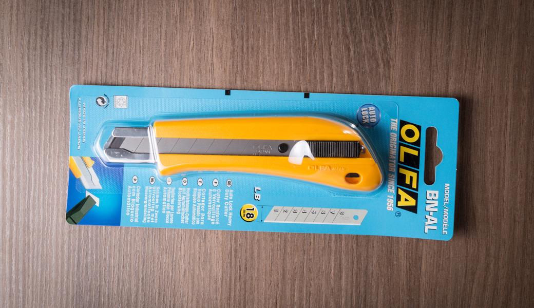 <p>Heavy Duty skalpel sa automatskim zaključavanjem noža, jedinstvenim dizajnom i komfornom drškom. Za sečenje papira, kartona, vinila, krovne građe itd.</p>