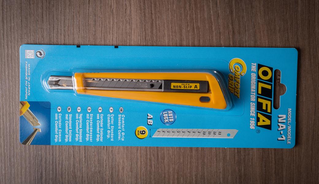 <p>Standard Duty skalpel sa komornom drškom i automatskim zaključavanjem noža. Za sečenje tapeta, plastičnih filmova, umetničke i zanatske aplikacije. Otporan je na kiseline i aceton (ulja).</p>