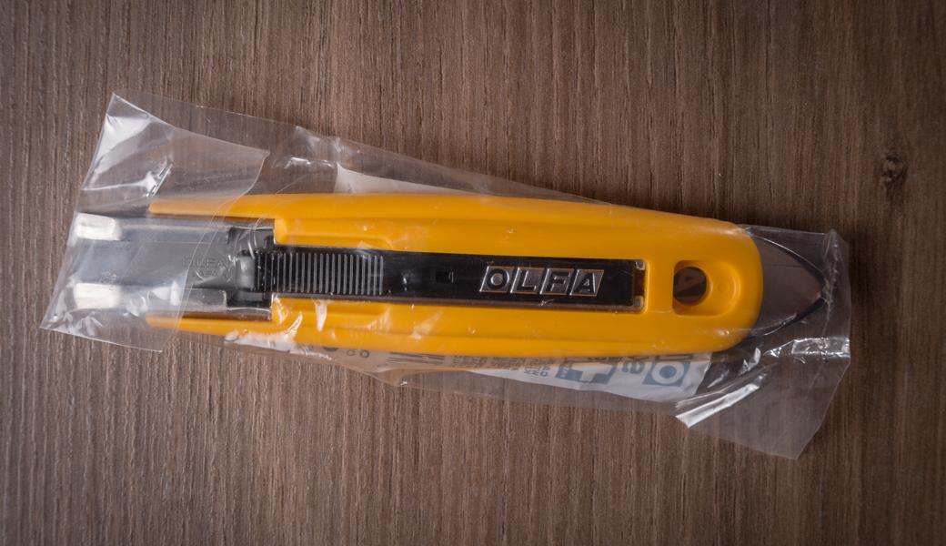 <p>Skalpel sa automatskim uvlačenjem noža, poseduje debelo čelično sečivo i ugrađenu metalnu ivicu, koja služi za otpakivanje. Smanjuje povrede u toku rada i pogodan je kako za levoruke, tako i desnoruke korisnike.</p>