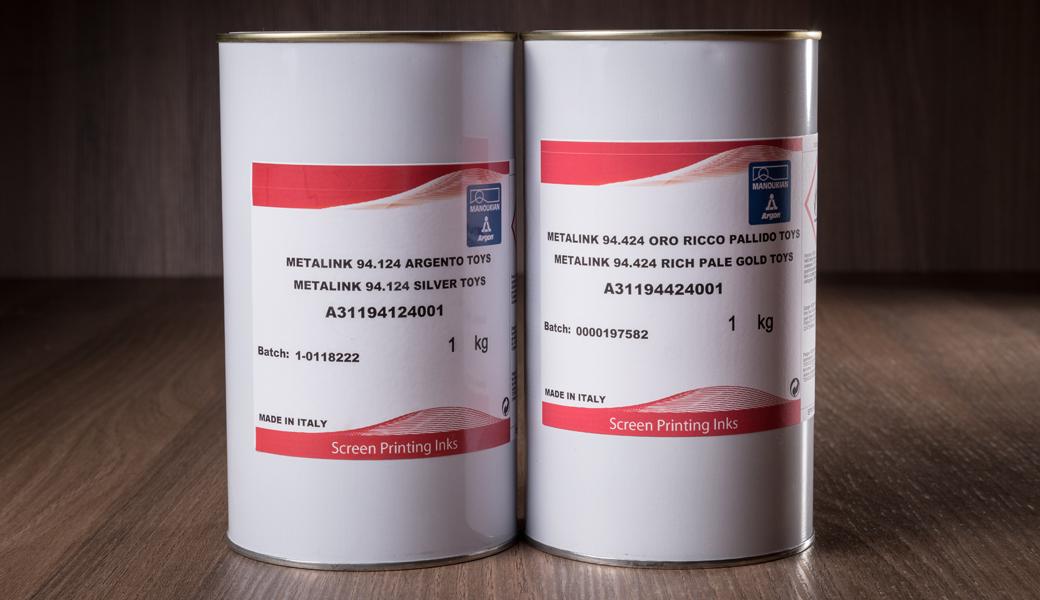 <p>ARGON Metalna PVC boja za sito štampu 94.000 sa dobrom pokrivnošću i svojstvima brzog sušenja. Pogodna za štampanje na PVC, polistiren, drvenim i metalnim supstratima.</p>