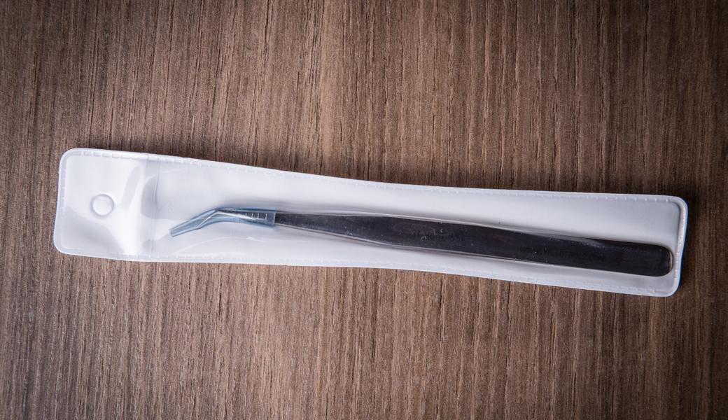 <p>Izuzetno kvalitetna grafička pinceta sa zakrivljenim vrhom koja pruža brzo, jednostavno i precizno uklanjanje viška materijala.</p>