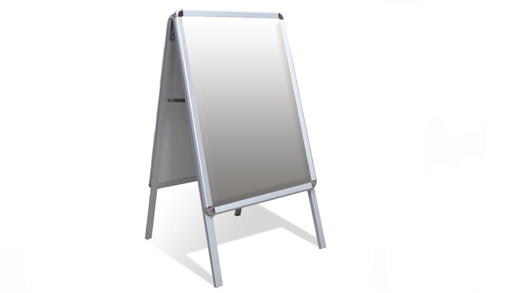 <p>Prenosiva aluminijumska reklamna tabla, koji se koristi na mestima gde je neophodno posetiocu skrenuti pažnju ili dati određenu informaciju.</p>