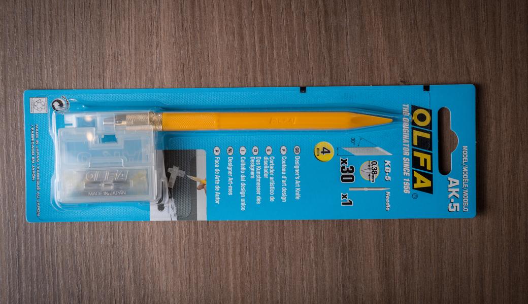 <p>Designer Art skalpel sa lopatičnom ivicom i iglom koja dolazi uz i skalpel služi za obeležavanje plastičnih modela, ili uklanjanja viška materijala sa nalepnica.</p>