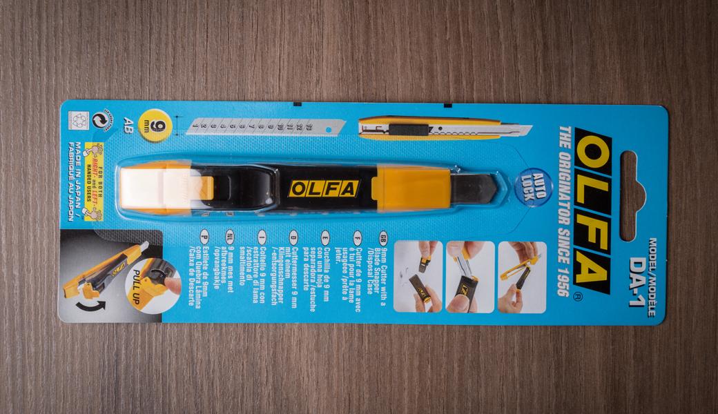 <p>Dolazi sa ugrađenom spravom za uklanjanje potrošenih segmenata nožića, a ujedno služi i kao kontejner za njihovo odlaganje.</p>