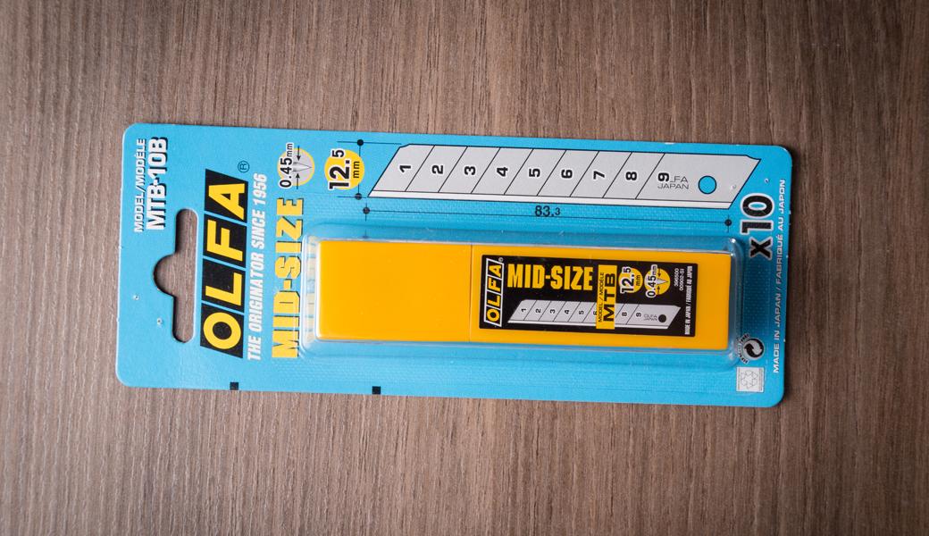<p>10 čvrstih nožića srednje veličine, 0.45mm debljina u plastičnoj kutiji.</p>