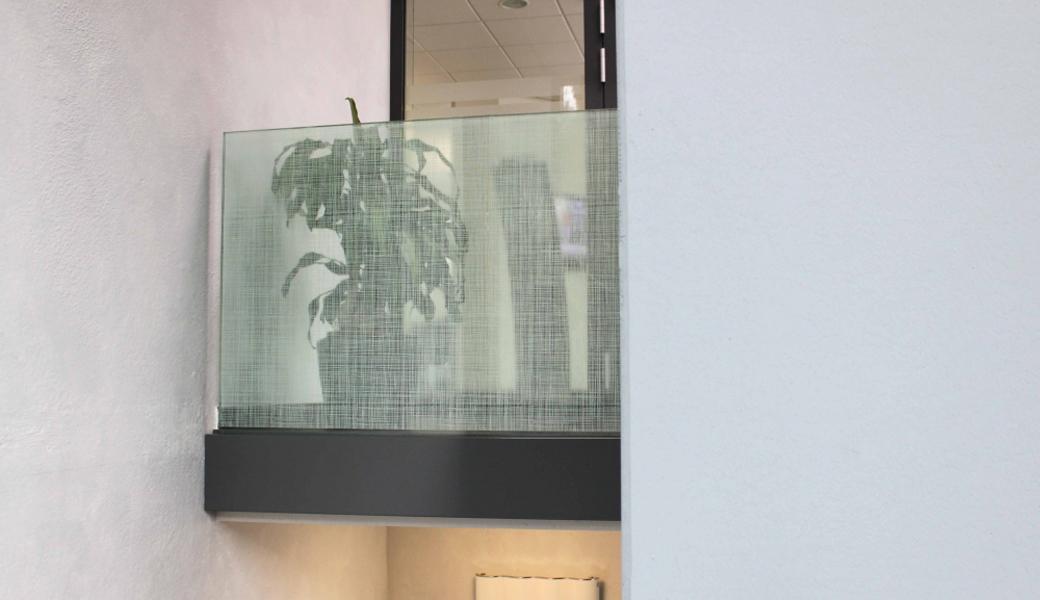 <p>Samolepljiva folija za dekoraciju stakla, daje providnim površinama sveži i moderni izgled. Transparentna folija je već štampana privlačnim belim dizajnom.</p>