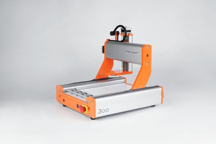 <p>Univerzalna CNC mašina za modeliranje. Stabilno, kompaktno, precizno i brzo. Radne površine: 210 x 300 x 105 mm.</p>