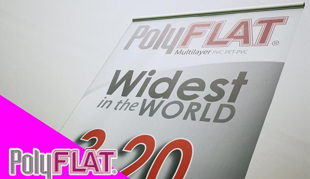 <p>Polyflat višeslojni blockout materijal za roll up, sa sivom podlogom, PVC/PET/PVC strukturom koja drži materijal ravnim i čuva od krivljenja</p>