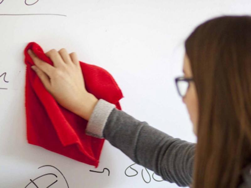 <p>Samolepljiva MAT bela piši-briši folija za oglasne table po kojima možete pisati flomasterima. Lako se održavaju i brišu, uz pomoć suve krpe. Pogodna za prezentacije, kancelarije kao i za kućnu upotrebu.</p>