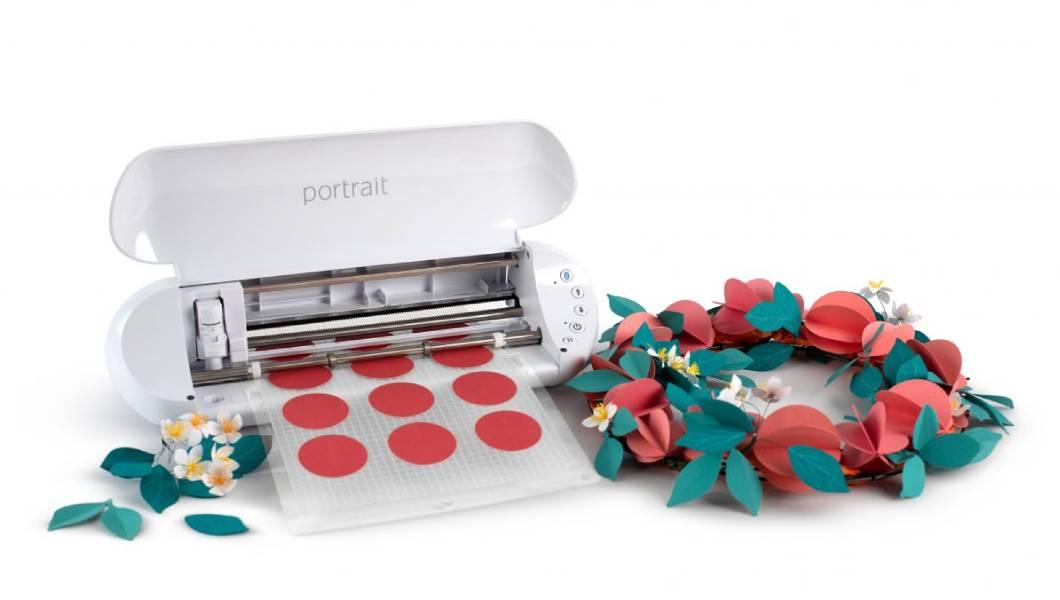<p>Portrait je kompaktna mašina koja vam omogućava da kreirate vaše specijalne projekte neverovatnom preciznošću. Od sečenja etiketa, kreiranja personalizovanih nalepnica, Silhouette Portrait je uređaj koji svako treba da ima!</p>